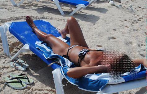 oops-tit-nip-capezzoli-topless-beach-wife-milf